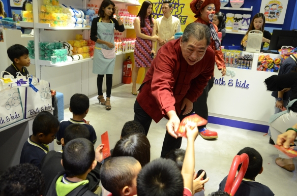 AmLion MD Dato Lance Koek handing out angpows to children of Yayasan Sunbeams Home