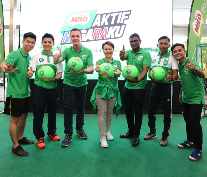 3 - (L-R) MILO football freestyler; MILO Champions Clinic Coach Chiew Chun Yong; Alois Hofbauer, Nestlé Malaysia CEO; Philomena Tan, Nestlé Malaysia Business Executive Officer (MILO);