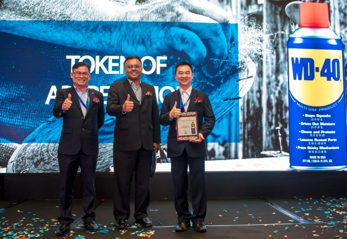 From left Mr. Marcus Chen, Regional Director Asia WD-40 ,Yb. Bhg Datuk Isham Ishak, MITI Deputy Secretary General (Trade) and Mr Wong, CEO of Bun Seng Hardware Sdn Bhd at WD-40 Launching