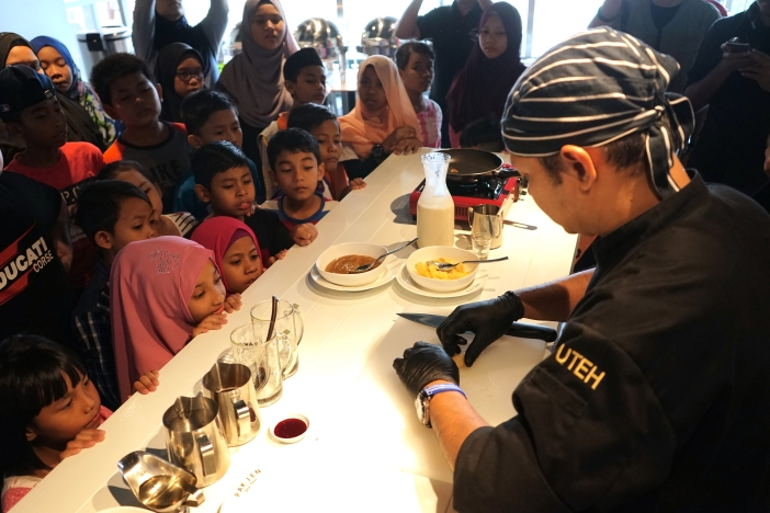 Chef Uteh of Pak Jen Gulai Panas Langkawi teaching children from Yayasan Chow Kit how to make lempeng manis