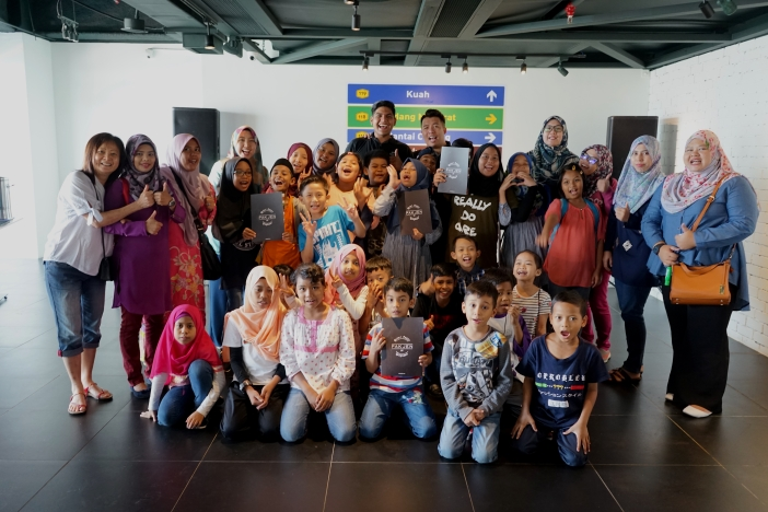 Children and staff from Yayasan Chow Kit pose with the owners of Pak Jen Gulai Panas Langkawi
