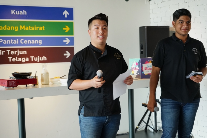 Owners of Pak Jen Gulai Panas Langkawi, Tan Jen and Safwan Bahari, greeting guests from Yayasan Chow Kit and media at the launch of the Jom Makan CSR initiative