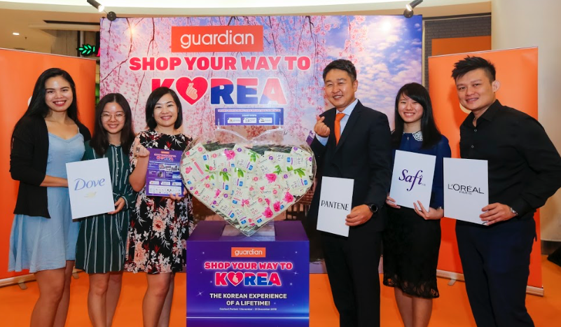 Guardian Malaysia's Head of Marketing and Promotions, Wong Vai Chi (3rd from left) and Marketing Director, Cho Do Youn with the main sponsors of 'Shop Your Way To Korea' contest