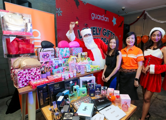 (2nd from right) Wong Vai Chi, Head of Marketing and Promotions Guardian Malaysia and Michelle Yeap, Brand Manager Health and Beauty Own Brand Malaysia and Brunei (in black), posing with