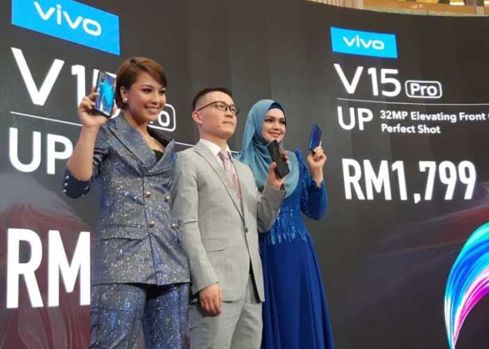 3. L-R Vivo Brand Ambassador Janna Nick, Vivo Malaysia CEO Mike Xu and Vivo Brand Ambassador Dato' Sri Siti Nurhaliza launch the V15 Series smartphone