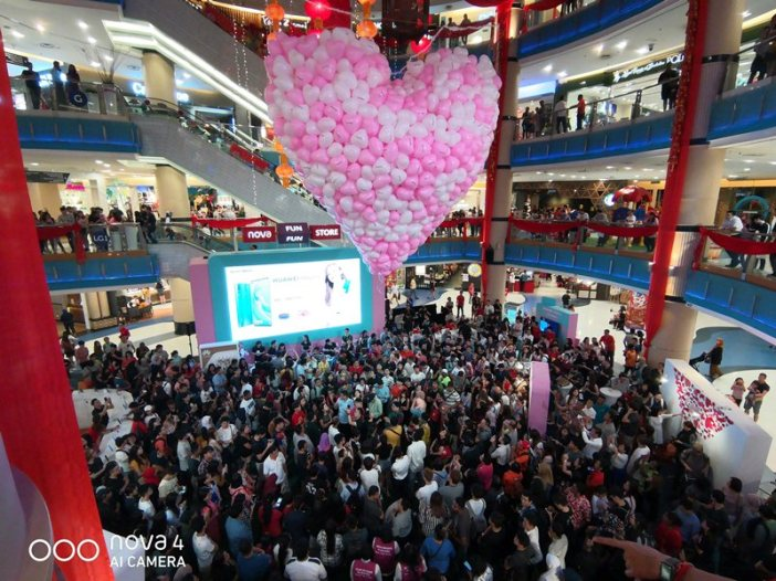 HUAWEI nova fans waiting for the balloon drop to win exciting prizes