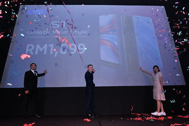 (L-R) Lewis Zeng, CMO Vivo Malaysia, Mike Xu, CEO Vivo Malaysia and Vivo Star Priscilla Abby officially launching the new Vivo S1