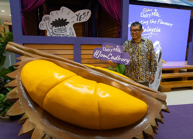 Datuk Lat celebrating the flavours of Malaysia at Cadbury's Musang King Throne