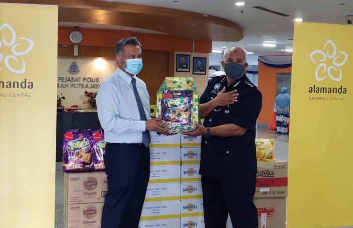 Ameer Thajudeen presenting the donation to Tuan OCPD ACP Hj Mohd Fadzil bin Ali (2)
